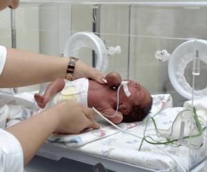 Ребенок должен начать дышать после удаления слизи