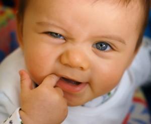 Ребенок может кусаться, когда режутся зубы